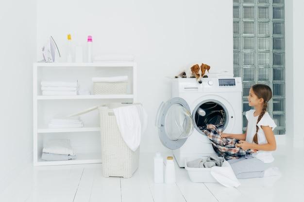 Concetto di pulizie, bambini e faccende domestiche
