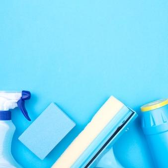 Concetto di pulizie con prodotti per la pulizia