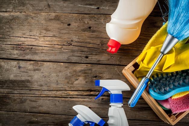 Concetto di pulizie di primavera con forniture, mucchio di prodotti per la pulizia della casa. concetto di lavoretto domestico, sulla vista superiore dello spazio della copia del fondo di legno del giardino o rustica