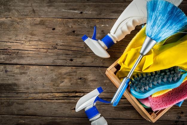 Concetto di pulizie di primavera con forniture, mucchio di prodotti per la pulizia della casa
