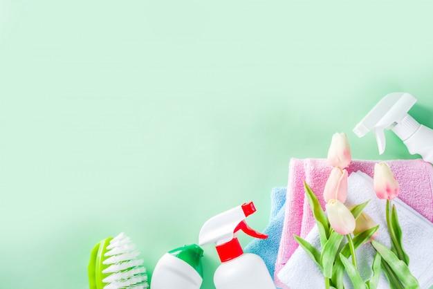 Concetto di pulizie e pulizie domestiche di primavera