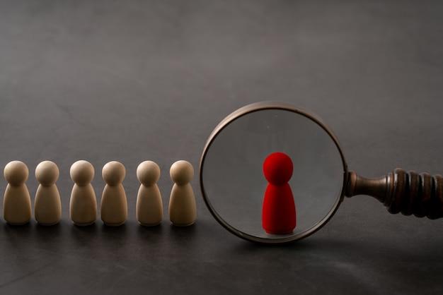 Concetto di puzzle di legno globale di affari e risorse umane per leadership e squadra con bambola e mano