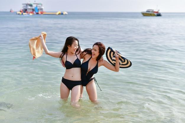 Concetto di ragazza sexy in costume da bagno. bella donna che indossa un costume da bagno giocando in spiaggia.