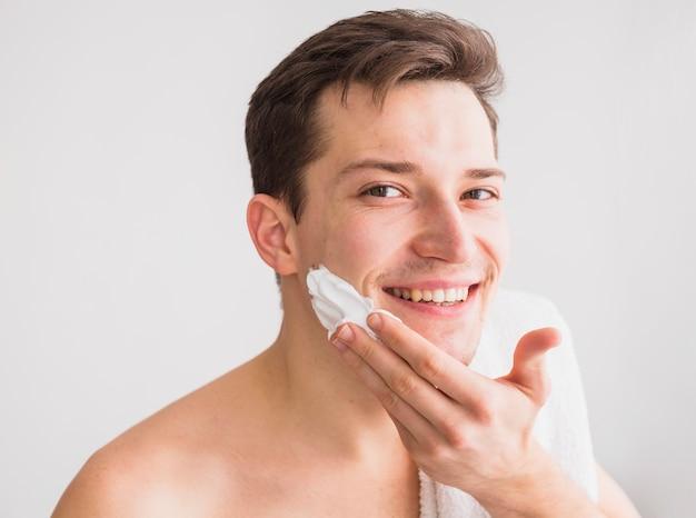 Concetto di rasatura con uomo attraente