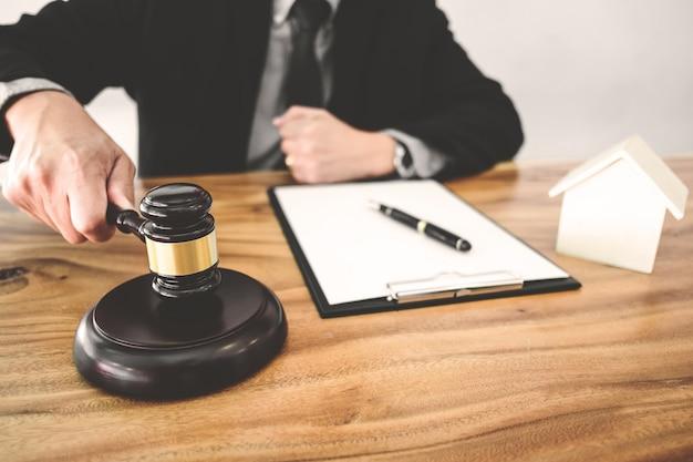 Concetto di real estate, giudice martelletto / avvocato in asta con modello di casa