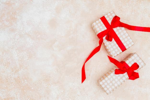 Concetto di regalo piatto laico