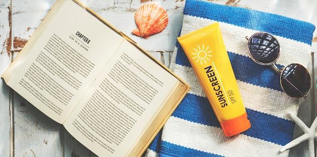 Concetto di relax della nicchia del libro di asciugamano degli occhiali da sole
