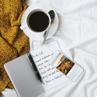 Concetto di resto di rilassamento di pianificazione di rilassamento di caffè freddo