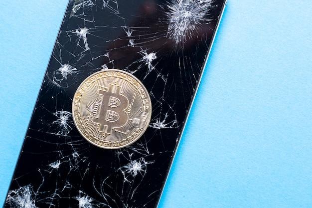 Concetto di riduzione dei bitcoin. simbolo di crisi nella valuta blockchain.