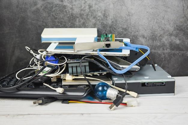 Concetto di rifiuti elettronici - rifiuti elettrici pronti per il riciclaggio, vecchi dispositivi gestione smaltimento rifiuti elettronici riutilizzo e recupero
