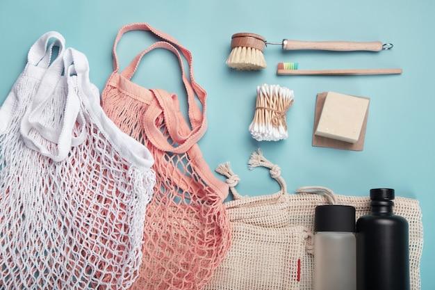 Concetto di rifiuti zero? borse in cotone, bottiglie d'acqua riutilizzabili e accessori eco-compatibili