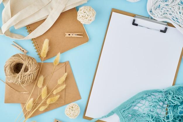 Concetto di rifiuti zero. foglio bianco su appunti, buste artigianali, borsa