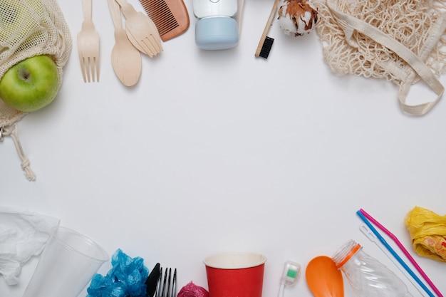 Concetto di rifiuti zero. immondizia di plastica contro prodotti eco riciclabili