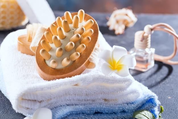 Concetto di rifiuti zero. set da bagno ecologico con spazzole e asciugamano, aroma in bottiglia di vetro, bast e foglie di palma