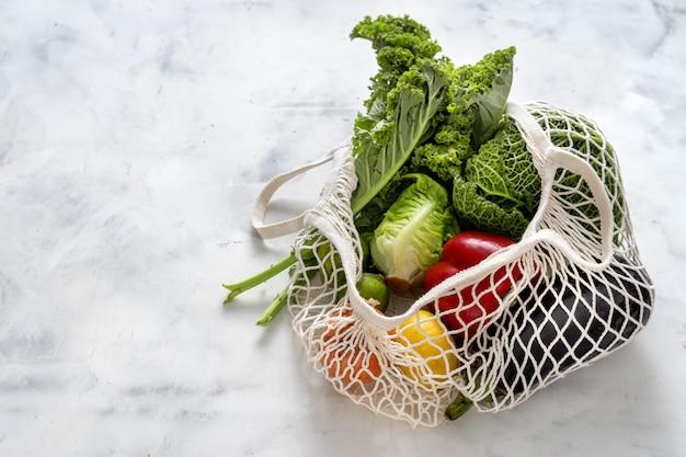Concetto di rifiuti zero. verdure e cereali in sacchi a rete