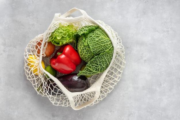 Concetto di rifiuti zero. verdure in un sacchetto netto