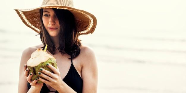 Concetto di rilassamento di vacanza di vacanza estiva della spiaggia della ragazza