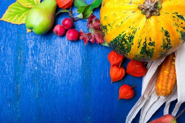 Concetto di ringraziamento con frutti autunnali e zucche