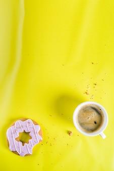 Concetto di riposo e relax, tazza di caffè e ciambella di biscotti