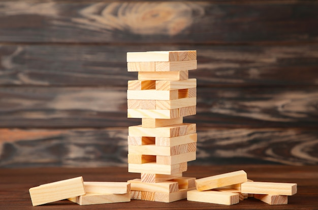 Concetto di rischio d'impresa con gioco di legno. vista dall'alto