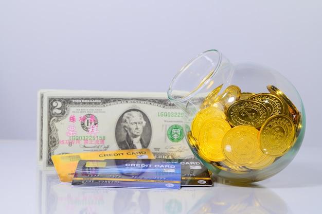 Concetto di risparmio di denaro, mucchio di soldi / scena di sfondo bianco