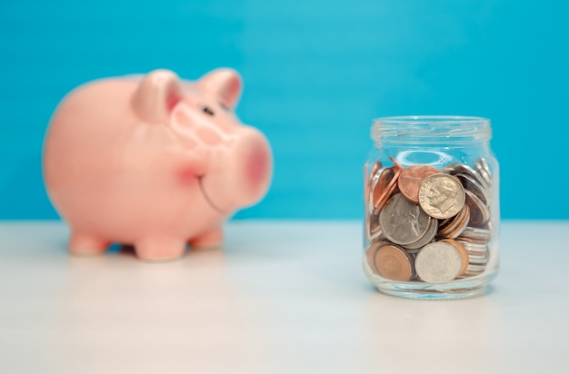 Concetto di risparmio di denaro salvadanaio. servizi di assistenza finanziaria e supporto