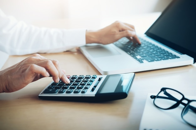 Concetto di risparmio finanziario. calcolatore o calcolatore femminile.