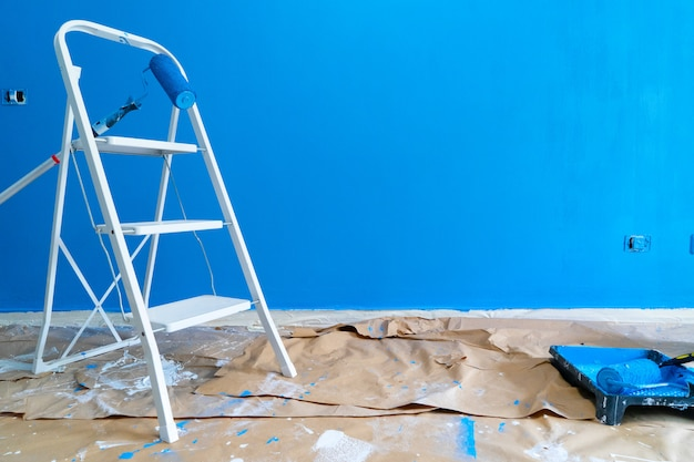 Concetto di ristrutturazione casa - scala con strumenti apinting