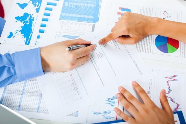 Concetto di riunione d'affari, mani e grafici finanziari