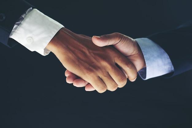 Concetto di riunione di associazione di affari e stretta di mano di affari