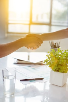 Concetto di riunione di partenariato d'affari. stretta di mano dell'uomo d'affari. handshake di successo degli uomini d'affari dopo un buon affare.