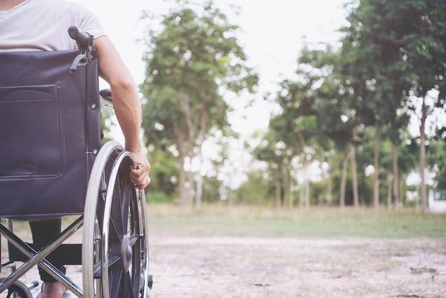 Concetto di salute di handicap di paralisi di disabilità della malattia. gambe della persona disabile fuoco selettivo