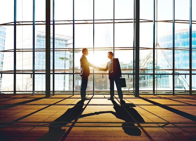 Concetto di saluto della stretta di mano di affari di affare degli uomini d'affari