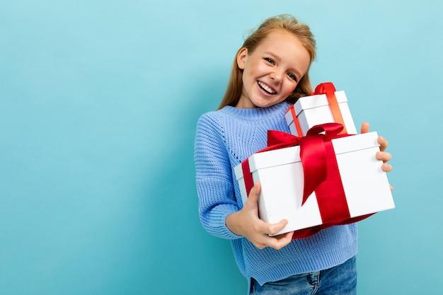 Concetto di san valentino. ragazza sorridente con regali