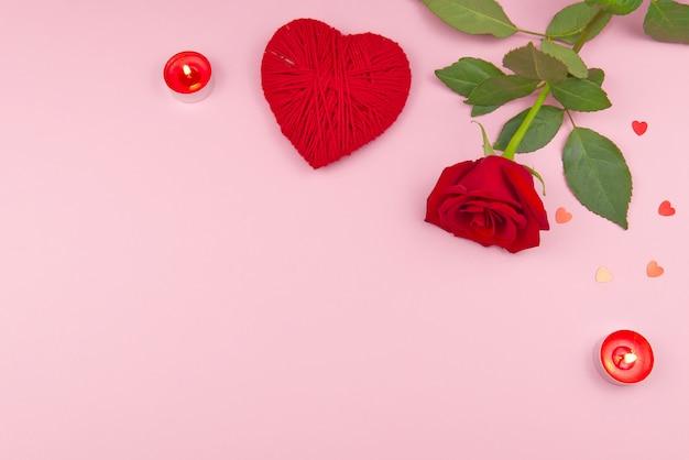 Concetto di san valentino su uno sfondo rosa con decorazioni. il concetto di san valentino, matrimoni, fidanzamenti, festa della mamma, compleanno, natale e altre festività. mosca piatta