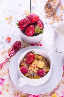 Concetto di sana colazione con muesli e frutti di bosco freschi.