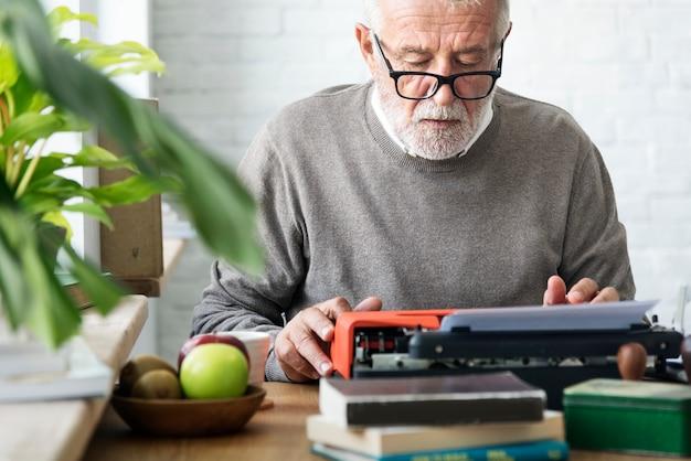 Concetto di scrittura di typerwriter adulto senior