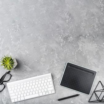 Concetto di scrivania con elementi essenziali