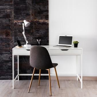 Concetto di scrivania metallico bianco con sedia
