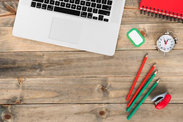 Concetto di scrivania minimalista vista dall'alto