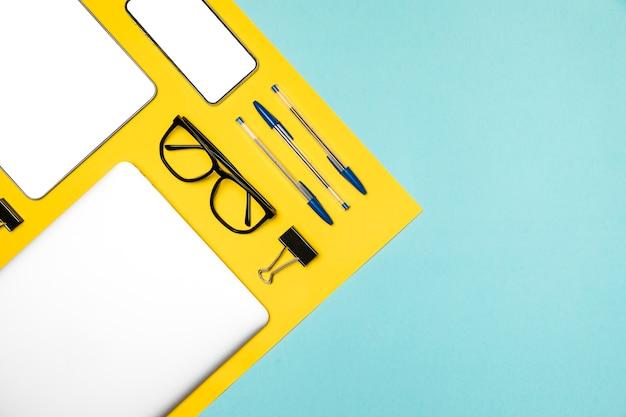 Concetto di scrivania piatta con dispositivi mockup