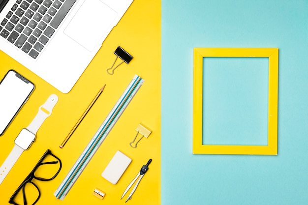Concetto di scrivania vista dall'alto con cornice gialla