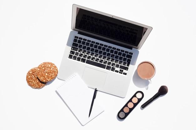 Concetto di scrivania vista dall'alto con il computer portatile