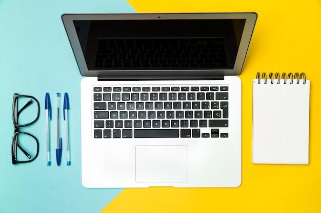 Concetto di scrivania vista dall'alto con laptop aperto