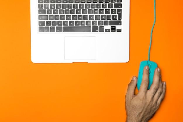 Concetto di scrivania vista dall'alto con laptop e mouse