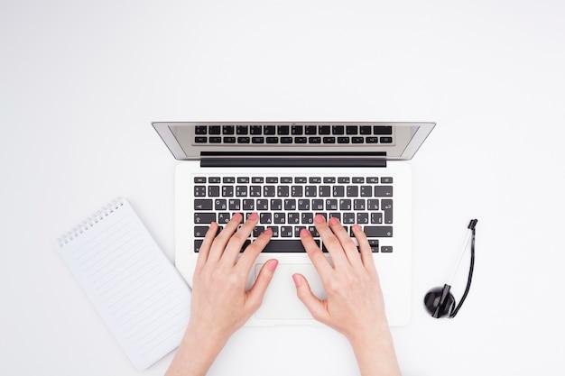 Concetto di scrivania vista dall'alto con le mani di donna