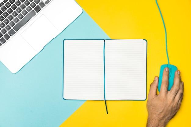 Concetto di scrivania vista dall'alto con notebook aperto