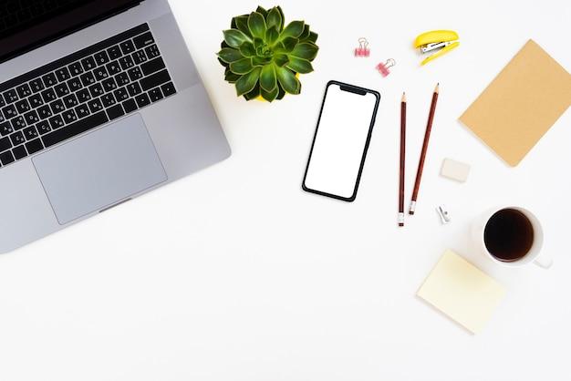 Concetto di scrivania vista dall'alto con smartphone mock-up