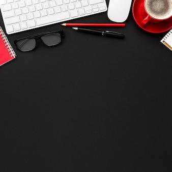 Concetto di scrivania vista dall'alto con spazio di copia