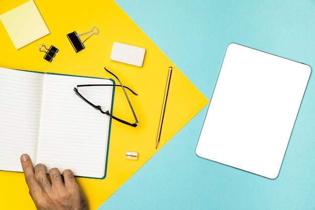 Concetto di scrivania vista dall'alto con tablet mockup
